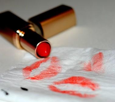 Làm sạch vết bẩn khi dính son môi
